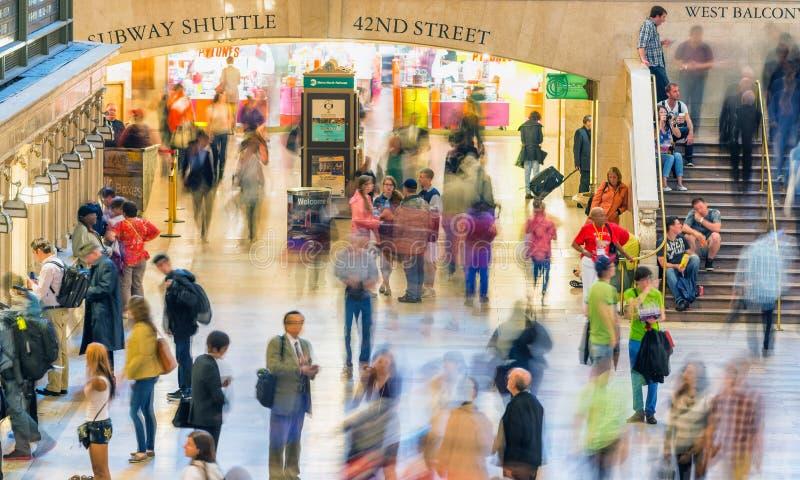 NEW YORK CITY - JUNI 10, 2013: Turister och lokaler i storslagen cent royaltyfri fotografi