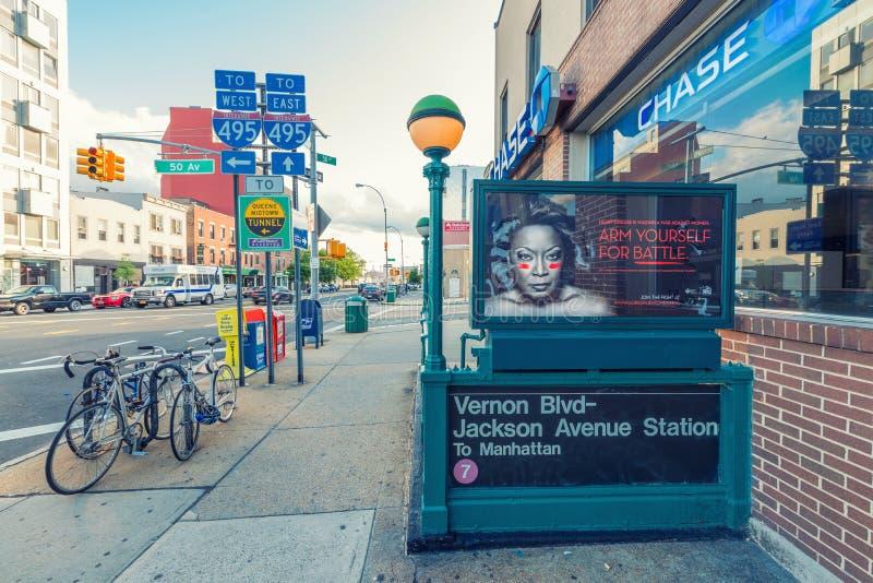 NEW YORK CITY - 8. JUNI 2013: Vernon Blvd - Jackson Ave Station lizenzfreie stockfotografie