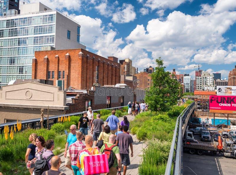 NEW YORK CITY - JUNIO DE 2013: La gente se mueve a lo largo de la alta línea parque de la ciudad fotos de archivo