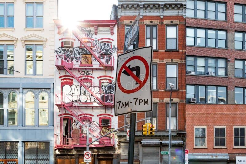New York City, 2018: La luz del sol brilla en una estructura abandonada foto de archivo libre de regalías