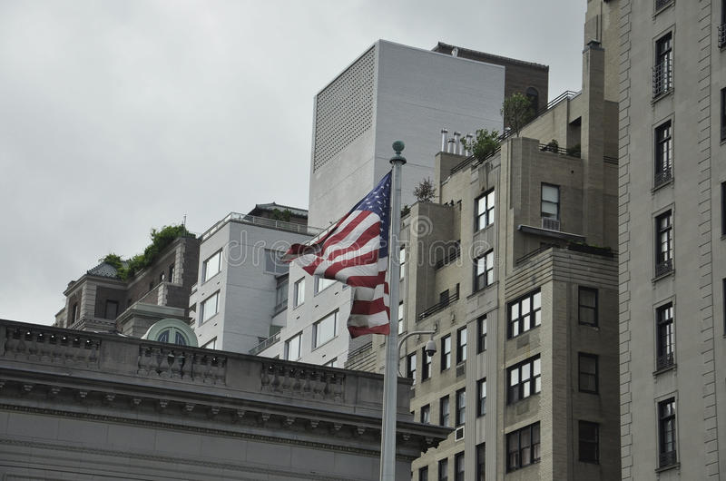 New York City, le 2 août : Drapeau américain ondulant dans le vent de Manhattan à New York City photographie stock libre de droits