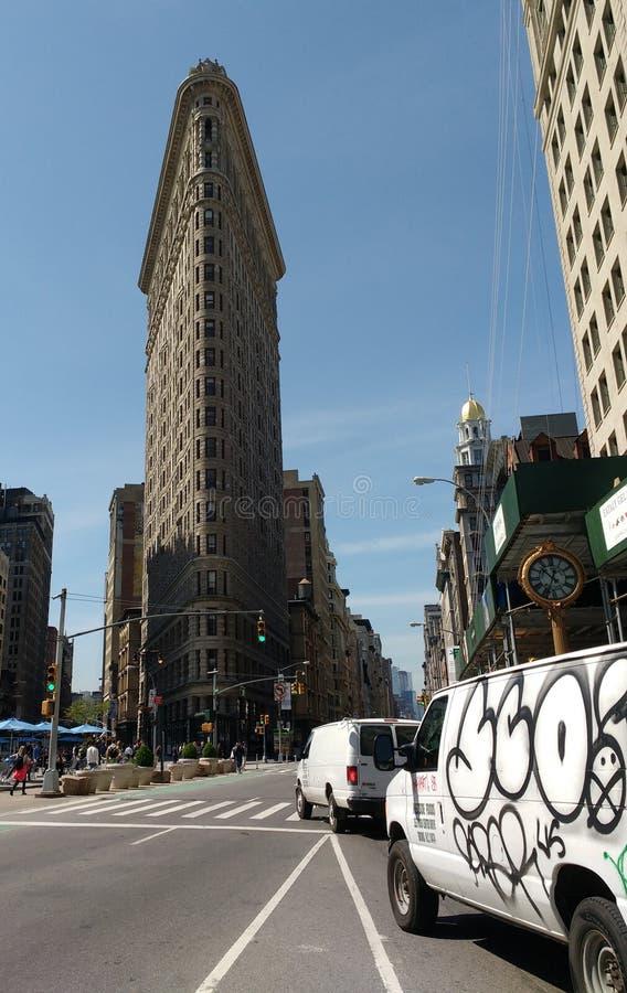 New York City, los E.E.U.U.: Edificio y furgonetas de la plancha con la pintada fotos de archivo