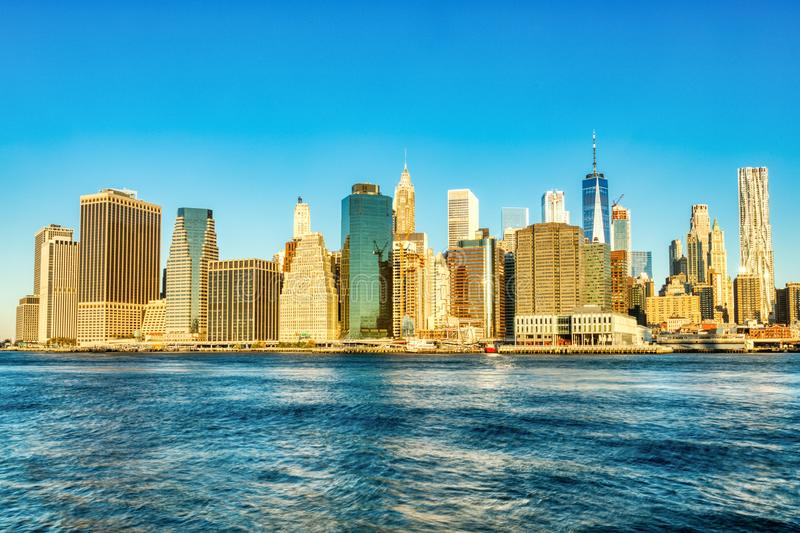 New York City Lower Manhattan at Sunrise, View from Brooklyn, Nueva York fotos de archivo