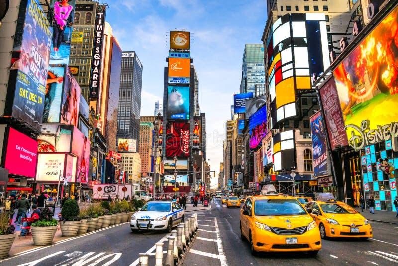NEW YORK CITY - 25. MÄRZ: Times Square, gekennzeichnet mit Broadway-Th lizenzfreie stockfotografie