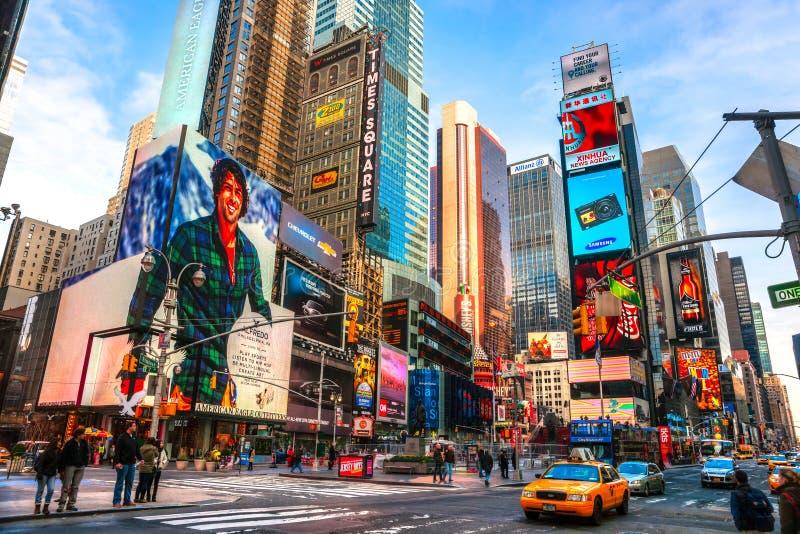 NEW YORK CITY - 25. MÄRZ: Times Square, gekennzeichnet mit Broadway-Th lizenzfreies stockbild