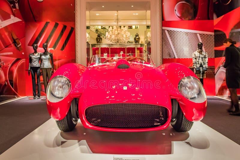 New York City, Madison Avenue - 1º de novembro de 2017: Ferrari vermelho clássico na exposição na loja de Ralph Lauren foto de stock