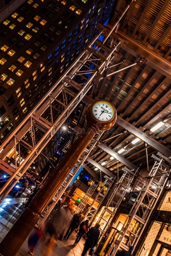 New York City, Madison Avenue - 1 de noviembre de 2017: Rolex registra anguloso en la noche imágenes de archivo libres de regalías