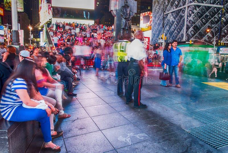 NEW YORK CITY - 22. MAI: Leute entspannen sich auf der roten Treppe von Duffy stockfotografie