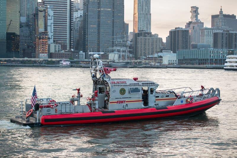 NEW YORK CITY - MAJ 19, 2017: Brandstation av det New York FDNY räddningsaktionfartyget på East River arkivfoto