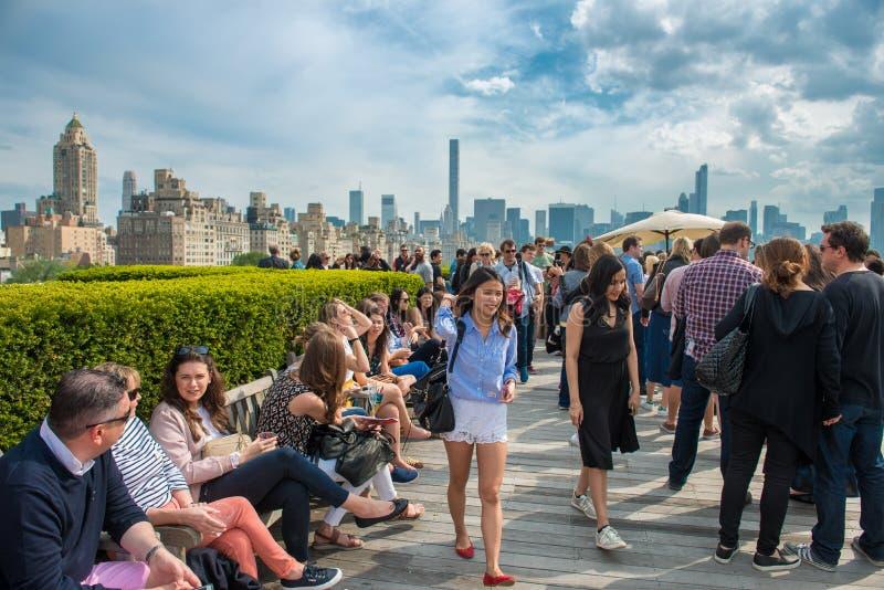 New York City - Maj 14, 2016: Folket som kyler på tak, festar med den Manhattan och Central Parksikten av det storstads- museet a arkivfoton