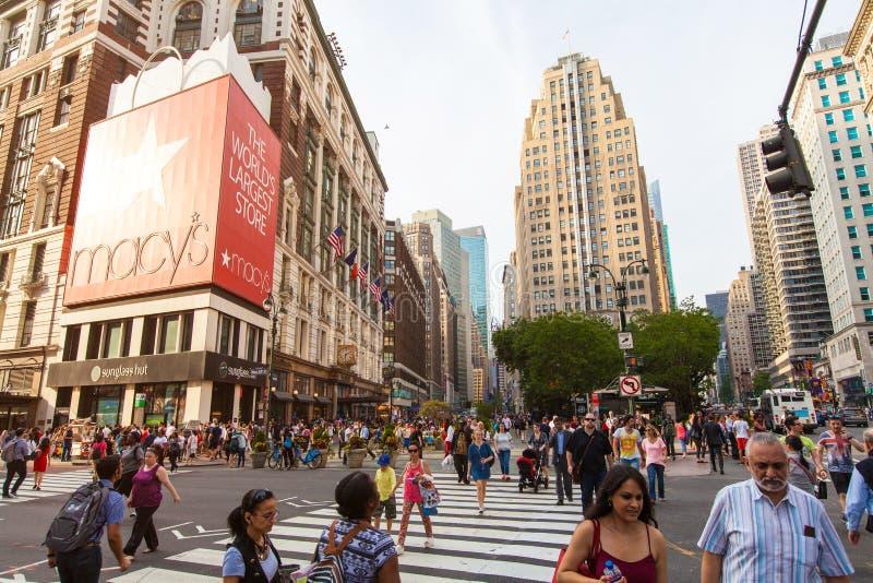 NEW YORK CITY - MAJ 26, 2016: Herald Square är ett livligt shoppingområde med gångare, Macy som ` s är den stora amerikanska avre arkivfoton