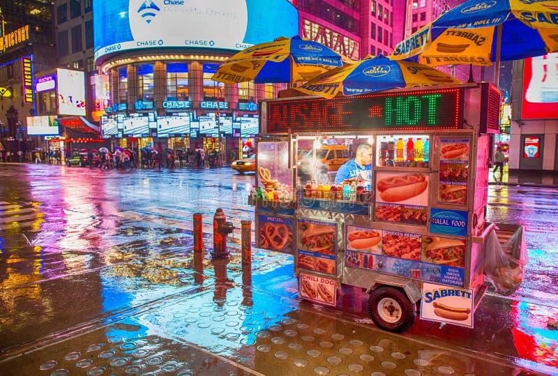 NEW YORK CITY - MAJ 21: Stag för en varmkorvställningsförsäljare öppnar sent mig royaltyfri foto