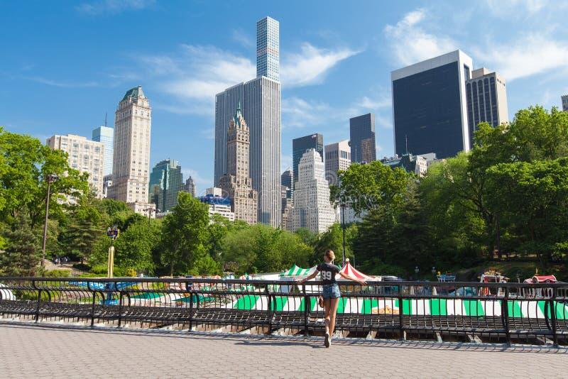 New York City Manhattan, menina aprecia a vista cênico no Central Park fotografia de stock