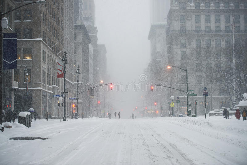 New York City Manhattan Midtowngata under snön under snöhäftig snöstorm i vinter Töm den 5th avenyn med ingen trafik arkivfoto