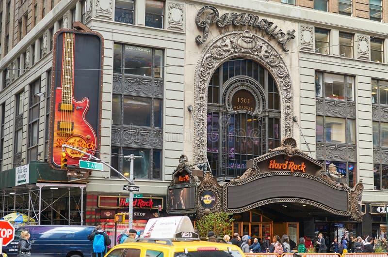 NEW YORK CITY MANHATTAN, OKTOBER, 25, 2013: Sikt på klassisk stilkontorsbyggnad för NYC med arbetande kontor för Co Paramount res royaltyfri bild