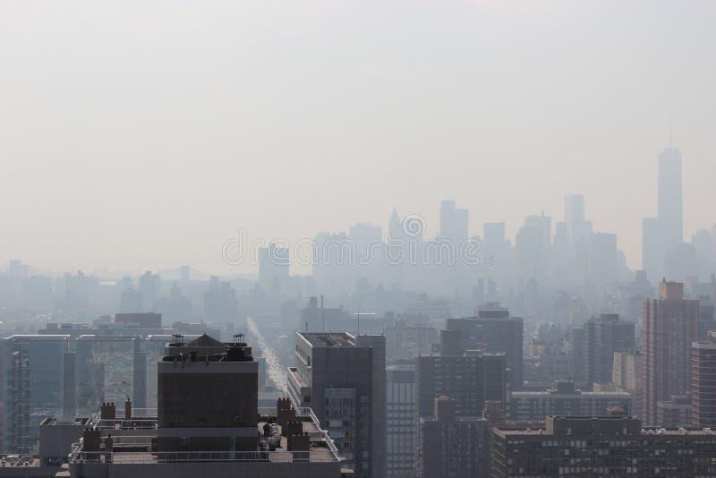 New York City morgon i en mist arkivbild