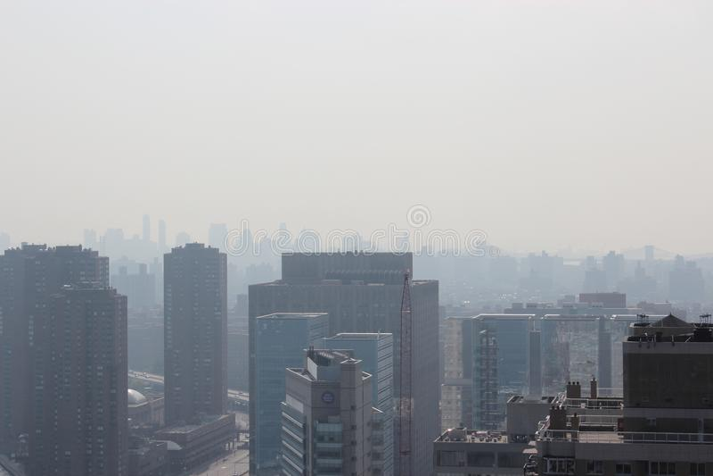 New York City morgon i en mist royaltyfri bild