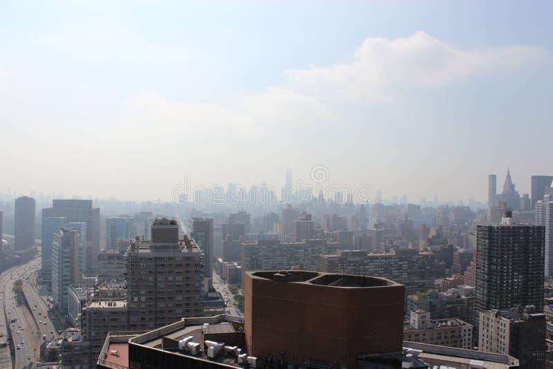 New York City morgon i en mist royaltyfria foton