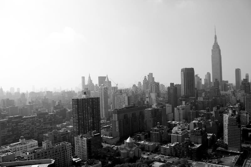 New York City morgon i en mist royaltyfri fotografi