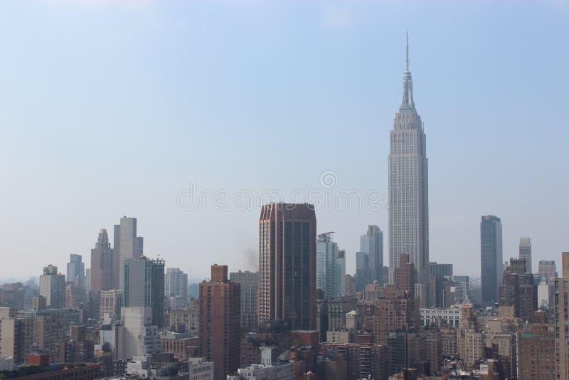 New York City morgon i en mist royaltyfria bilder