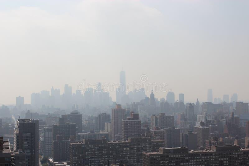 New York City morgon i en mist royaltyfri foto