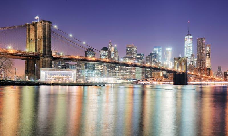 New York City na noite com torre da liberdade imagem de stock royalty free