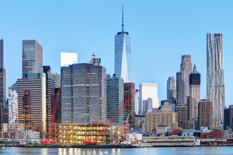 New York City na noite com torre da liberdade fotos de stock