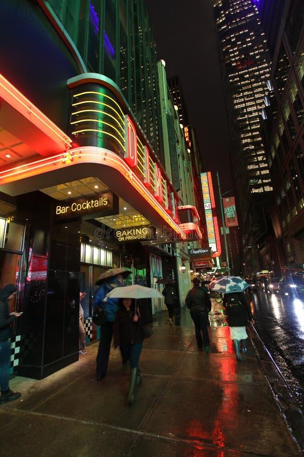 Download New York City Na Noite, EUA Foto Editorial - Imagem de lojas, luzes: 65576141