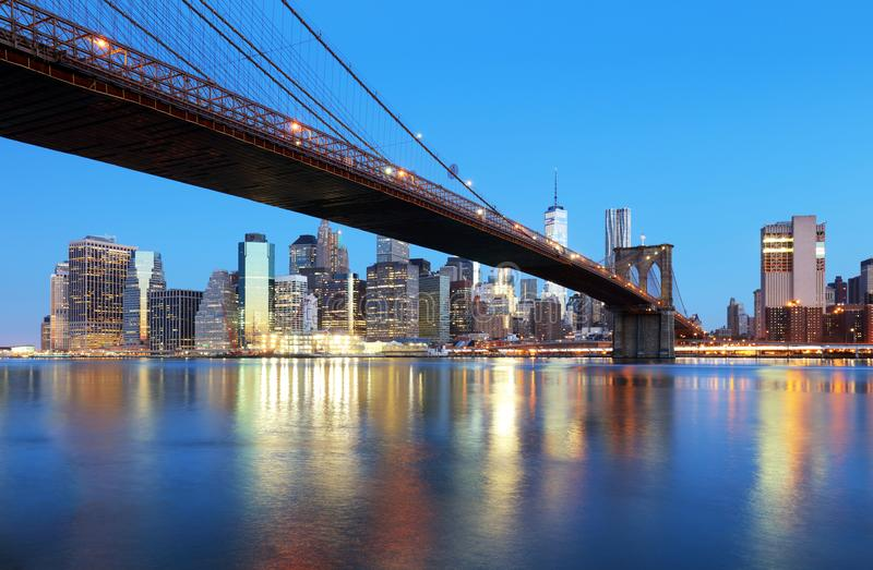New York City nachts mit Brooklyn-Brücke lizenzfreies stockfoto