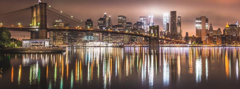 New York City nattpanorama, Brooklyn bro royaltyfri bild