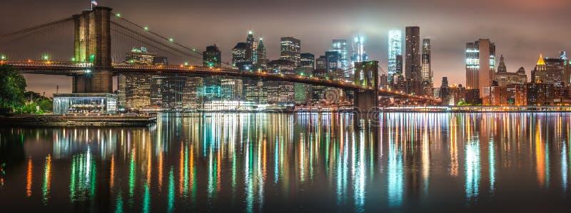 New York City nattpanorama, Brooklyn bro fotografering för bildbyråer