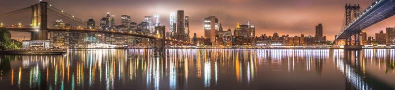 New York City nattpanorama, Brooklyn bro royaltyfri fotografi