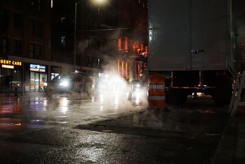 NEW YORK CITY - NOVEMBRE 2019 : le trafic et fumée de nuit à New York image libre de droits