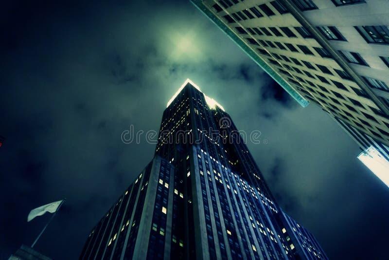 NEW YORK CITY - NOVIEMBRE DE 2018: Primer del Empire State Building en la noche en New York City Luz proyectada en las nubes foto de archivo libre de regalías