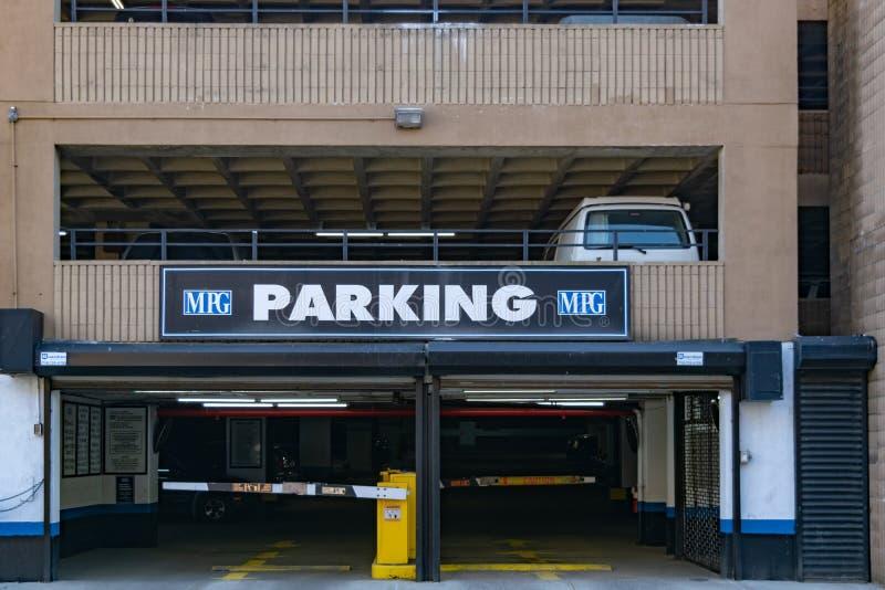New York City, NY/USA - 3/19/2019: Entrada do parque de estacionamento em Manhattan, NYC imagens de stock royalty free