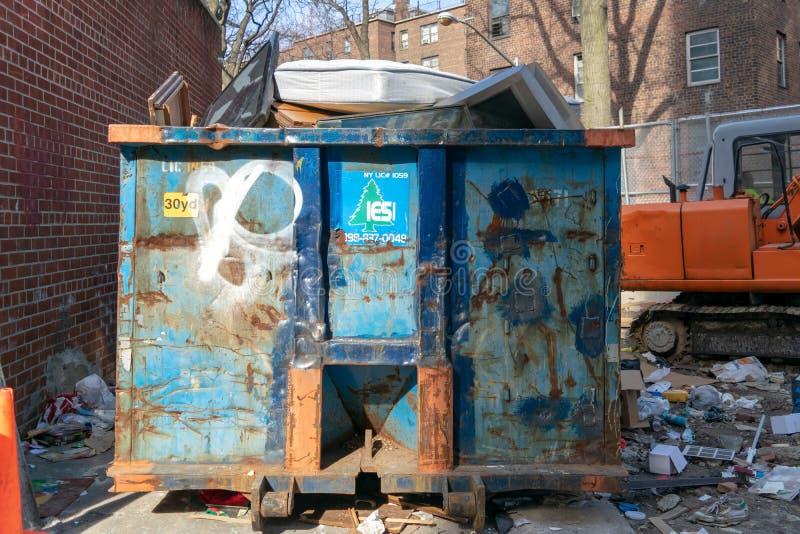 New York City, NY/USA - 03/19/2019: Grande contentor da construção, recipiente do lixo enchido à parte superior fotos de stock