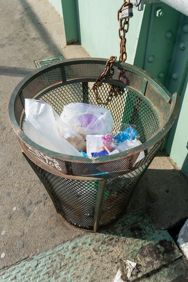 New York City, NY/USA - 3/19/2019: Lata de lixo velha do metal em uma rua de Manhattan imagem de stock