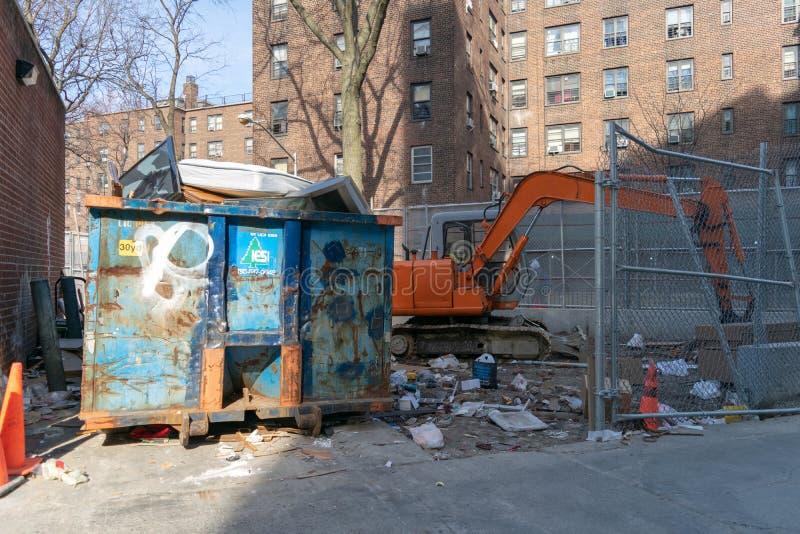 New York City NY/USA - 03/19/2019: Stor konstruktionsdumpster, avskrädebehållare som fylls till överkanten fotografering för bildbyråer