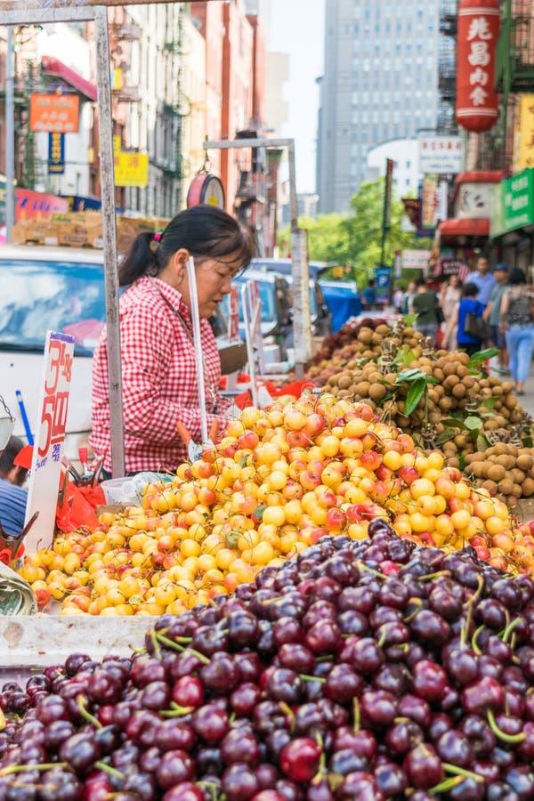 New York City, NY/USA - 08/01/2018: Straßenhändler, die Frucht in New York City Chinatown-Bereich, im Stadtzentrum gelegenes Manh lizenzfreies stockfoto