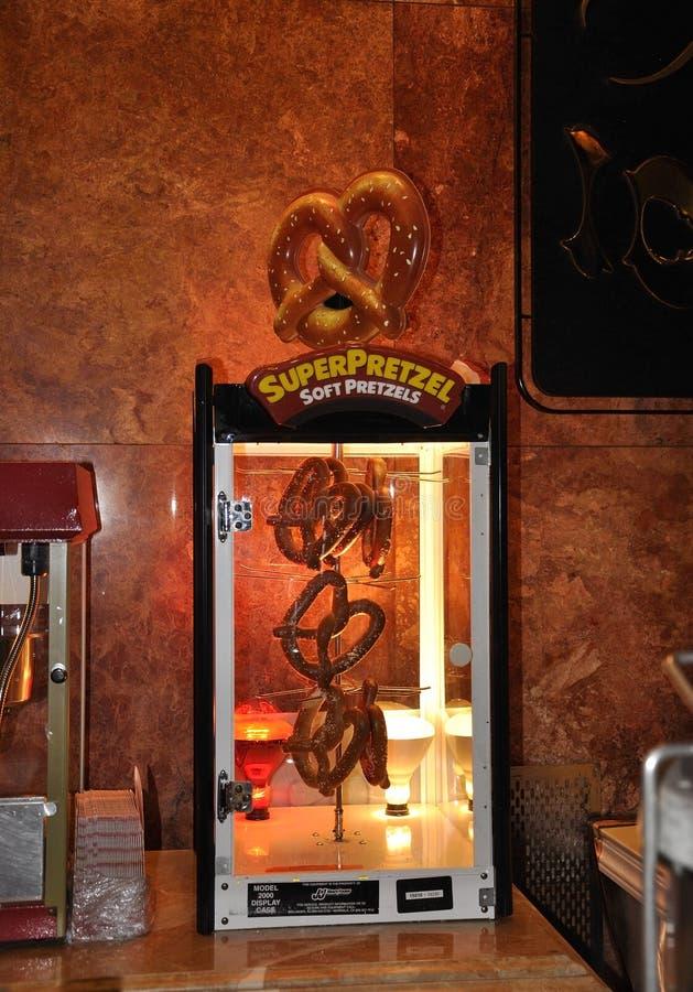 New York City, o 1º de julho: Exposição do pretzel da torre do trunfo na barra de Fifth Avenue em Manhattan de New York City no E fotos de stock royalty free