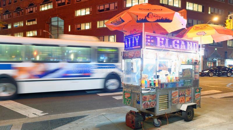 NEW YORK CITY - 23 OCTOBRE 2015 : Vendeur de nourriture de rue la nuit dedans photos stock