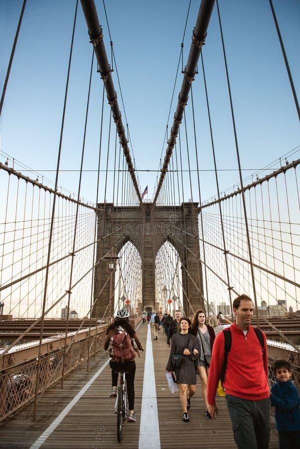 NEW YORK CITY - OKTOBER 13: Ð-¡ yclist och fot- gångbana längs den Brooklyn bron royaltyfri fotografi