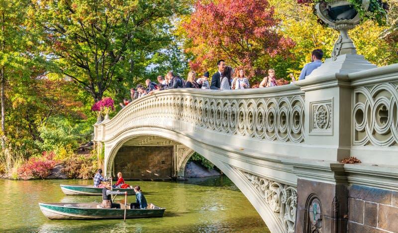NEW YORK CITY - OKTOBER 2015: Folket tycker om Central Park i folia royaltyfri foto