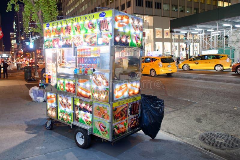 NEW YORK CITY - OKTOBER 23, 2015: Gatamatförsäljare på natten V arkivfoto