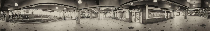 NEW YORK CITY - OKTOBER 2015: Turister i Coney Island gångtunnelst royaltyfria bilder