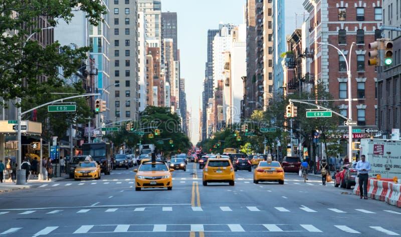 New York City, 2018: Os táxis amarelos conduzem-me abaixo da ó avenida imagem de stock