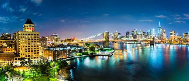 New York City panorama vid natt arkivbilder