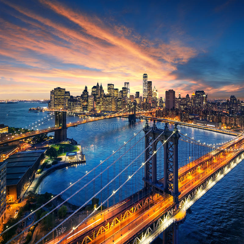 New York City - por do sol bonito sobre manhattan com a ponte de manhattan e de Brooklyn