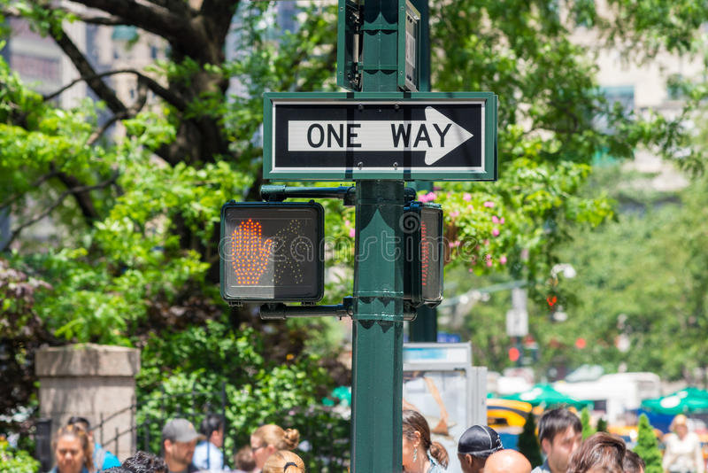 New York City Povos moventes sob um sinal de rua da maneira foto de stock