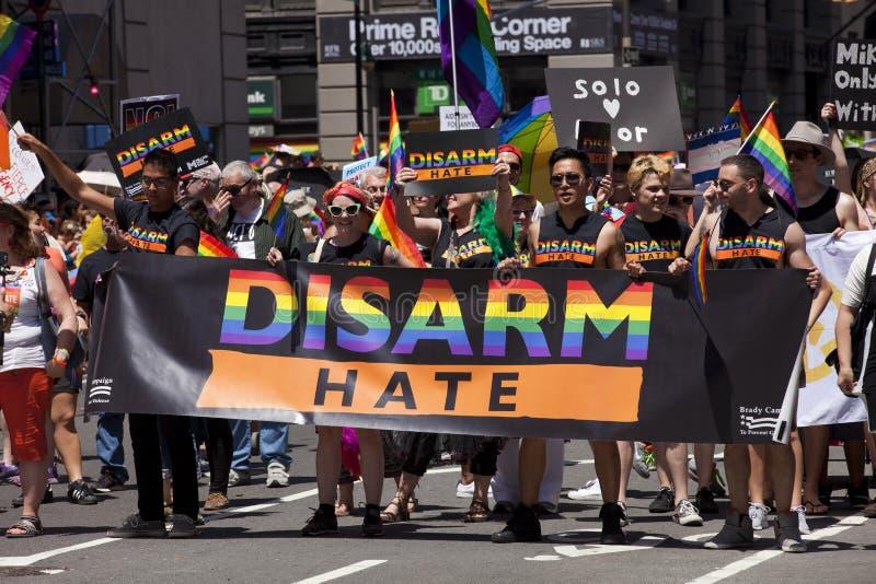 New York City Pride Parade - entwaffnen Sie Hass lizenzfreie stockfotografie